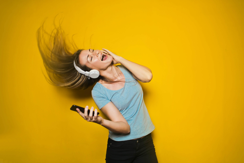 muzika-devojka-slusalice