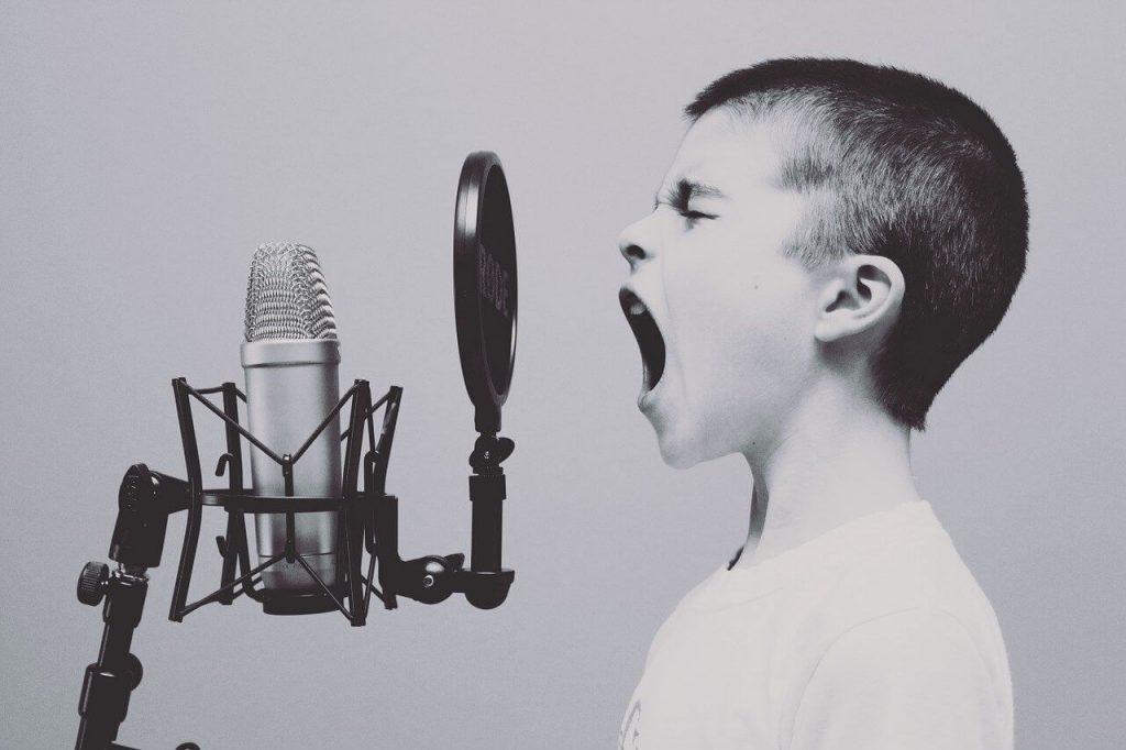 dete-preva-pred-mikrofonom